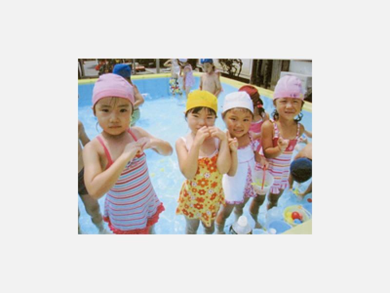 夏のプール遊び「だーいすき!楽しいな♪」