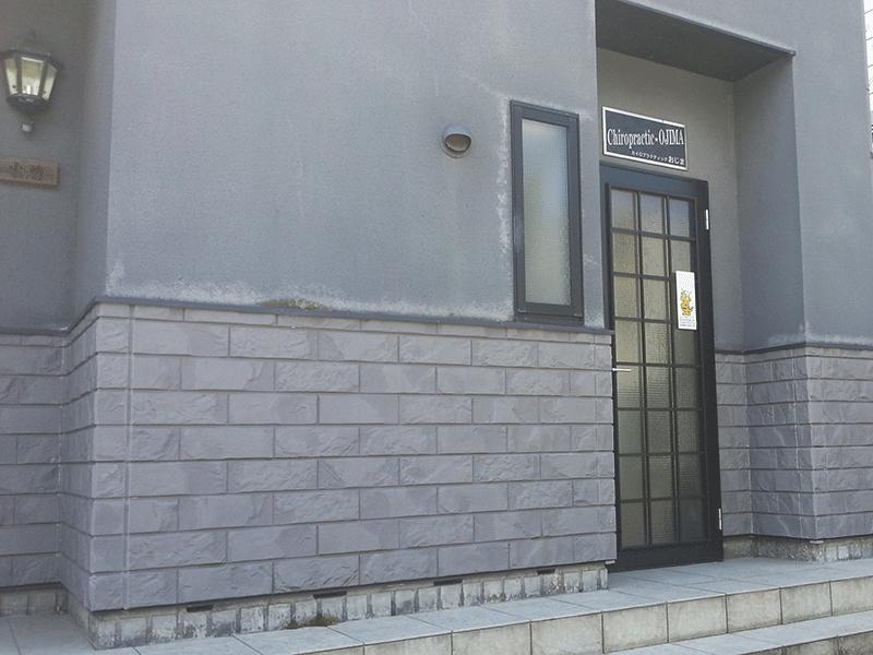 右側が入口です。