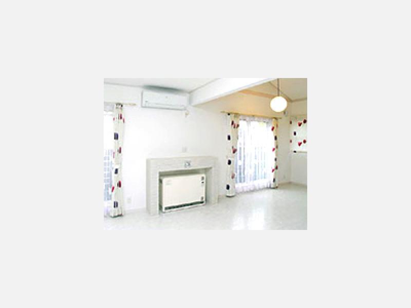 暖炉風の家具を造り付け蓄熱暖房機の置場に