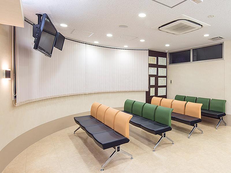 待合室は明るく広々とした清潔感のある空間