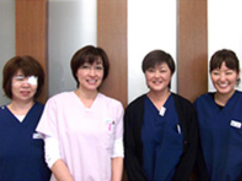 歯科医師1名、歯科衛生士3名、受付1名