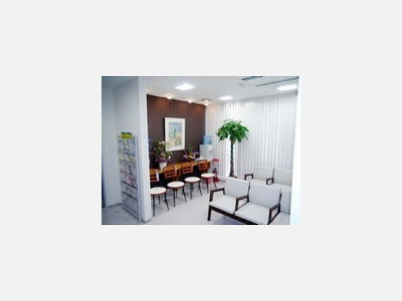 【待合室】待合室は明るく広々としたスペースです。